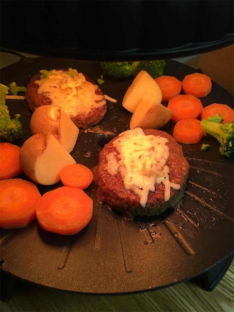 ザイグルボーイでハンバーグと野菜を焼いているところ