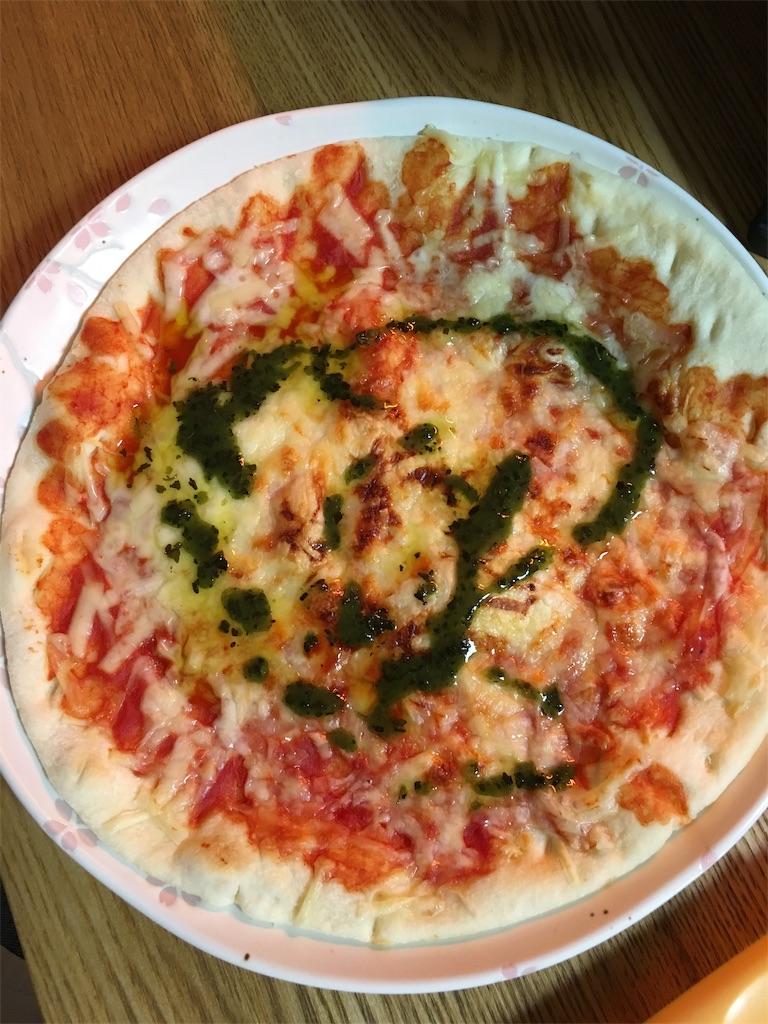 焼いた後のマルゲリータピザ
