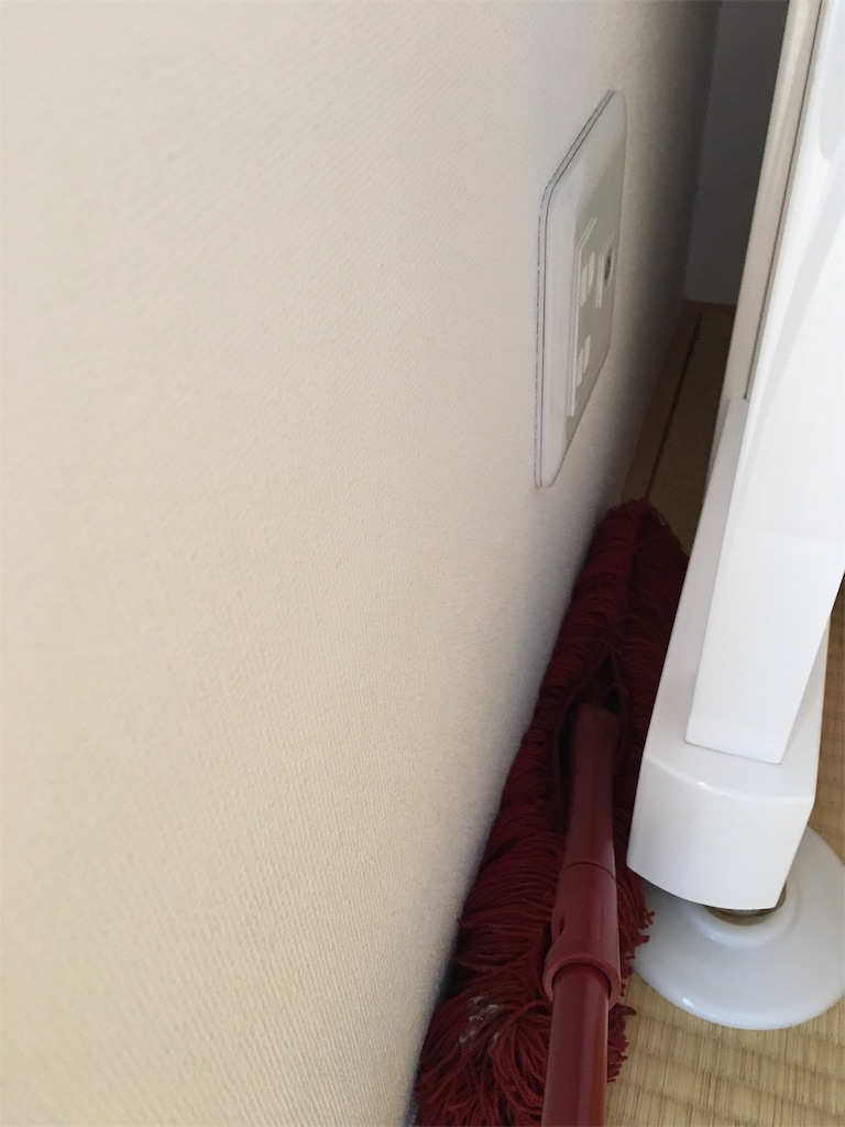 フロアモップでピアノの隙間掃除