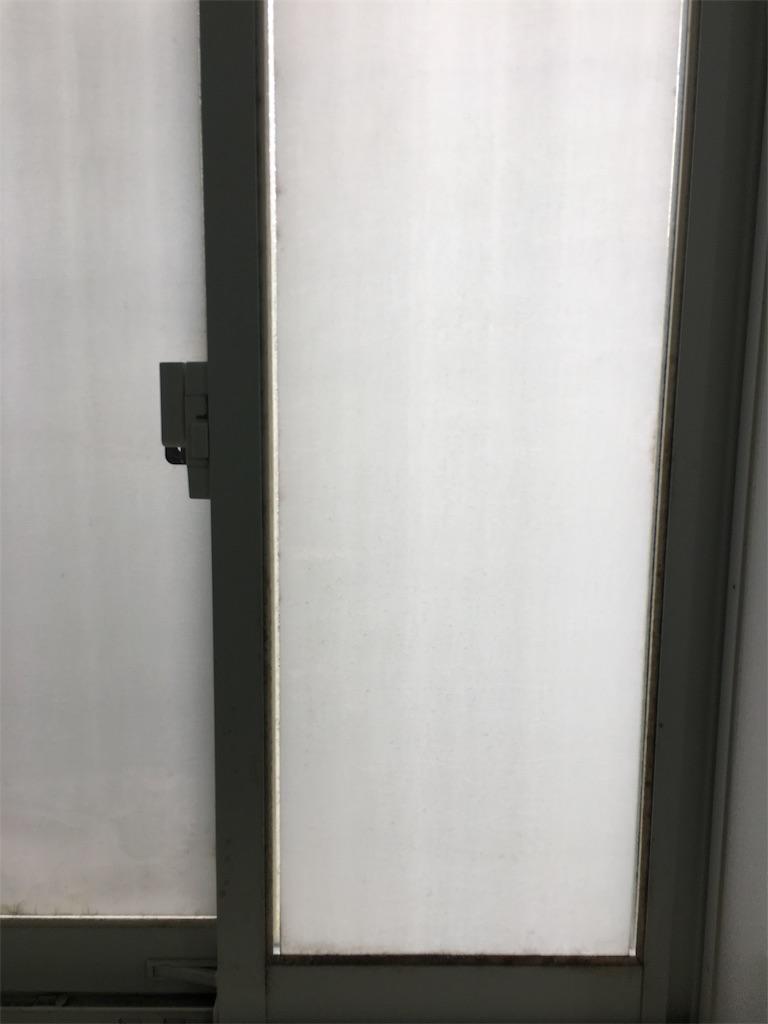 汚れた浴室の窓
