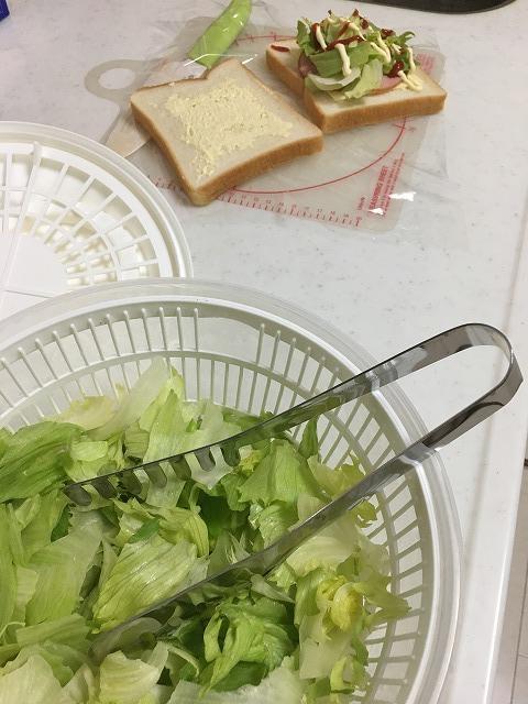 サラダスピナーに入ったレタスとパン