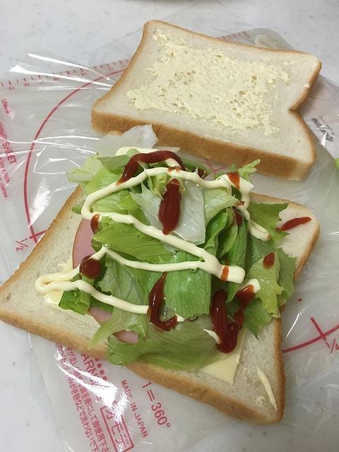 サンドウィッチを作る作業中