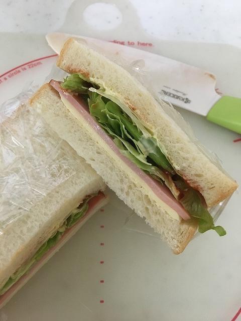 サンドウィッチをカットした断面の画像