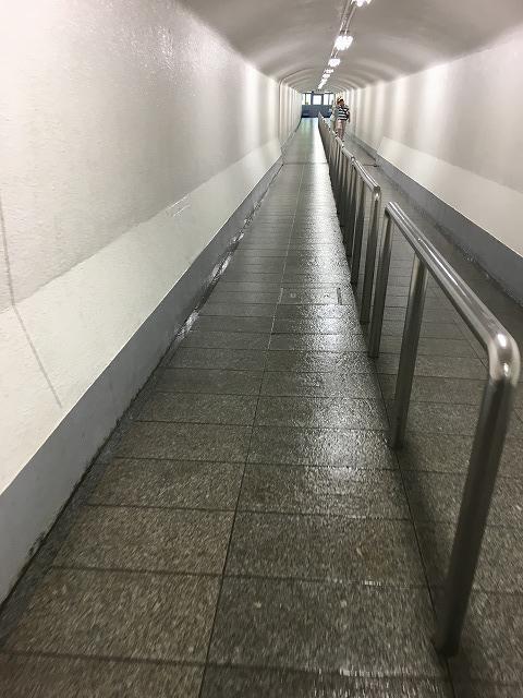 滝へ向かうトンネル