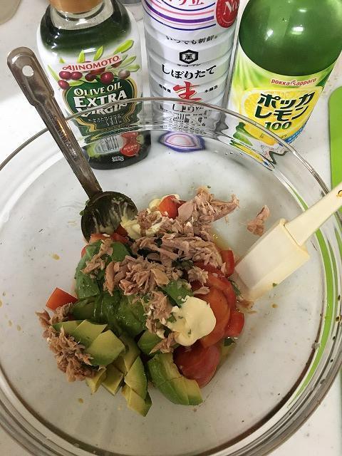 トマトとアボガドのパスタ材料