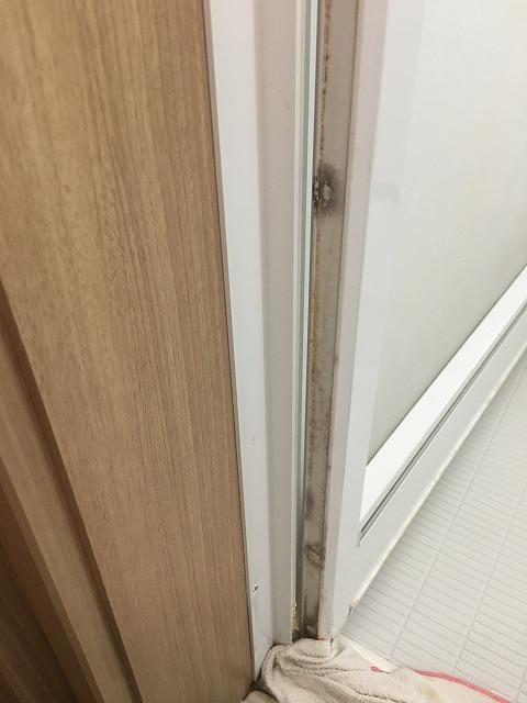 浴室ドアの気づきにくい汚れ