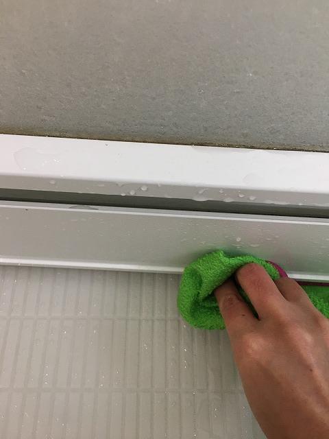 浴室ドアの通気口の下の水垢掃除