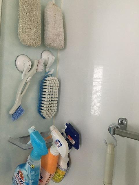 レバー式吸盤フックでお風呂の掃除グッズを収納