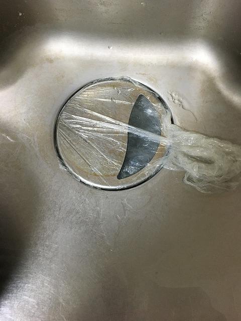 流しにビニル袋で蓋を作る2