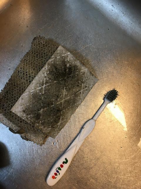 換気扇掃除後のスポンジと歯ブラシ