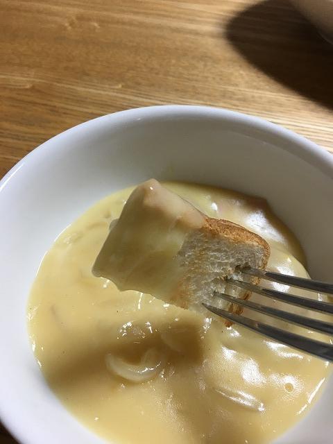 フォンデュシチューでトーストを食べる