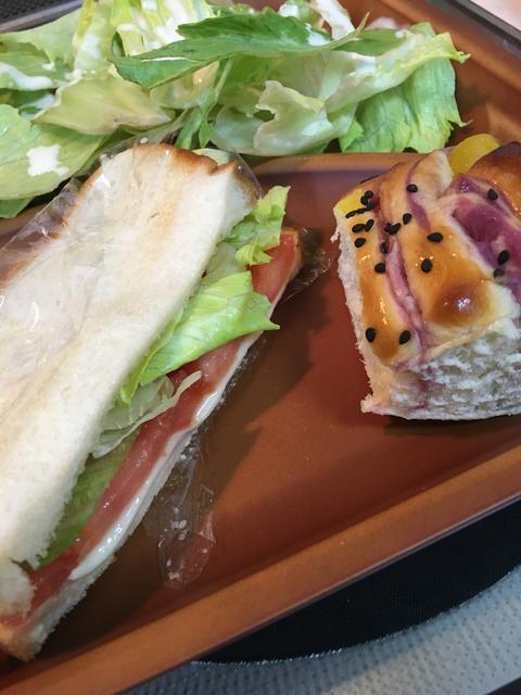 トマトのホットサンドイッチと菓子パン