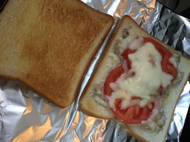 ツナトマトチーズのジューシーホットサンドイッチ