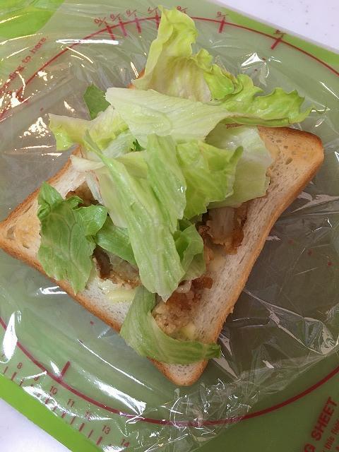 余った唐揚げでホットサンドイッチ2