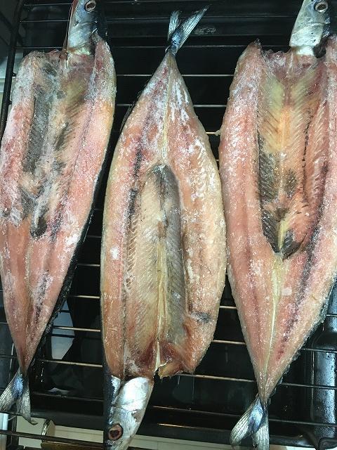 さんまの干物を魚焼きグリルで焼く