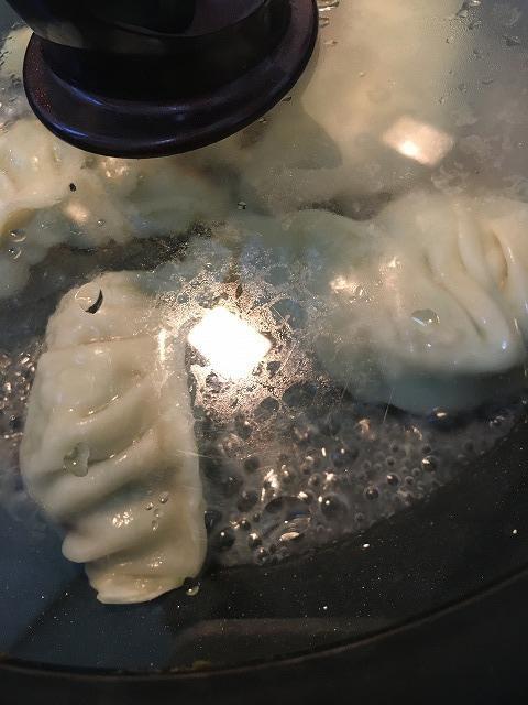 ジャンボ餃子、蒸し焼き中