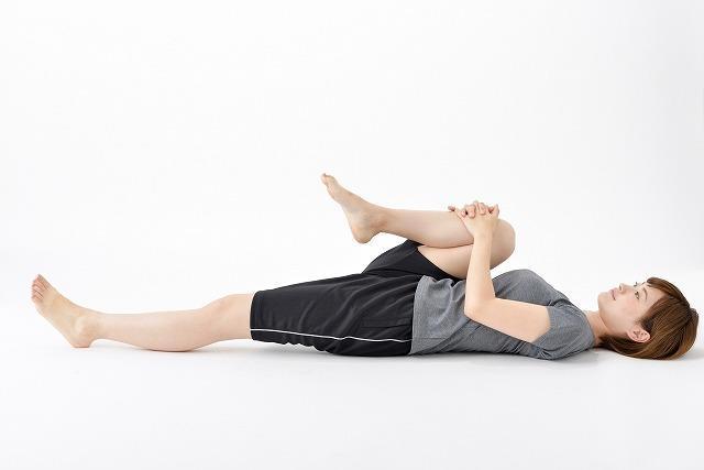 ストレッチ・片膝を胸に引き寄せる
