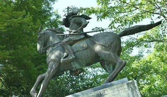 観心寺の楠公像