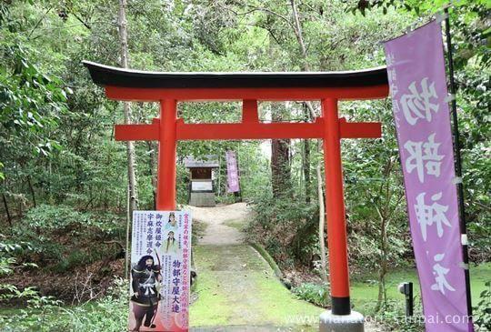 村屋神社境内の物部神社