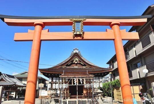 京都の瀧尾神社の正面