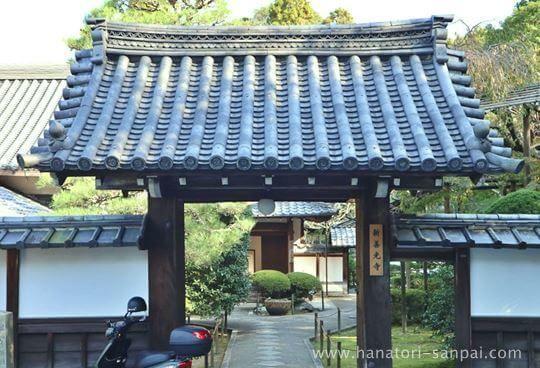 京都の新善光寺の門