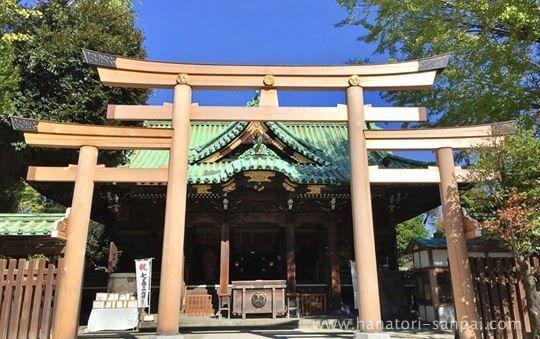 東京の牛嶋神社の社殿と鳥居