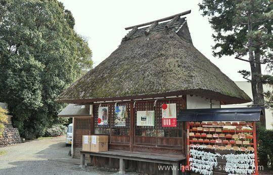 狭山神社にある茅葺屋根の建物