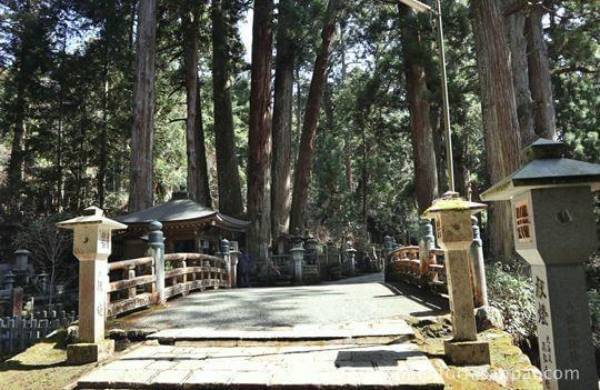 高野山奥之院の中の橋