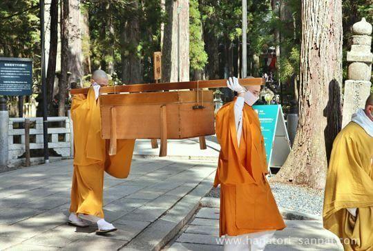 高野山奥之院の生身供の儀式の僧