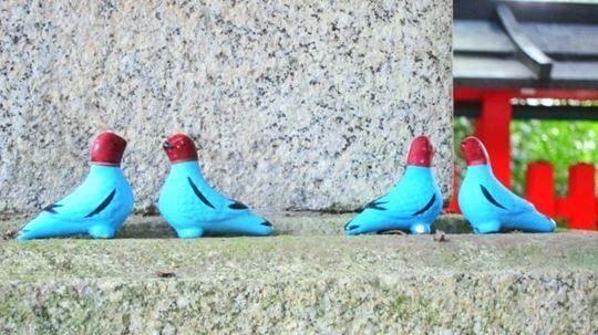 三宅八幡宮の神鳩の置物