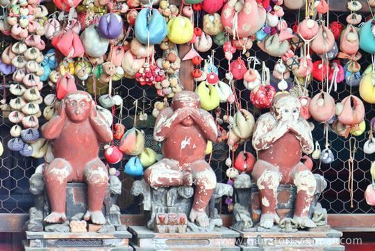 八坂庚申堂の本堂の三猿