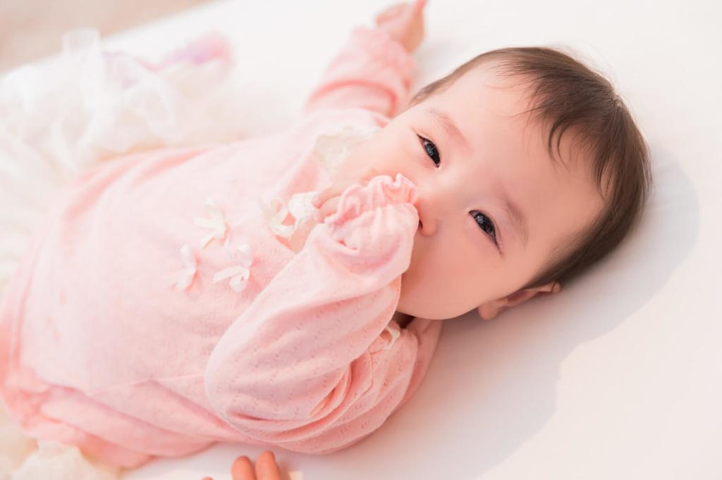 赤ちゃん:寝かしつけにバランスボール