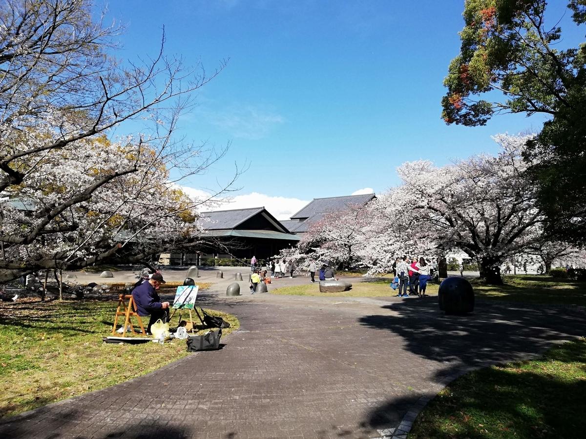 愛知県内でペットと遊ぶ:名古屋城桜まつり 名城公園彫刻の庭 離れたところから撮影