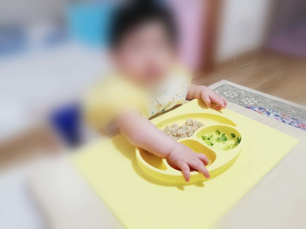 ezpz(イージーピージー)のハッピーマット 手掴みで食べることもできる