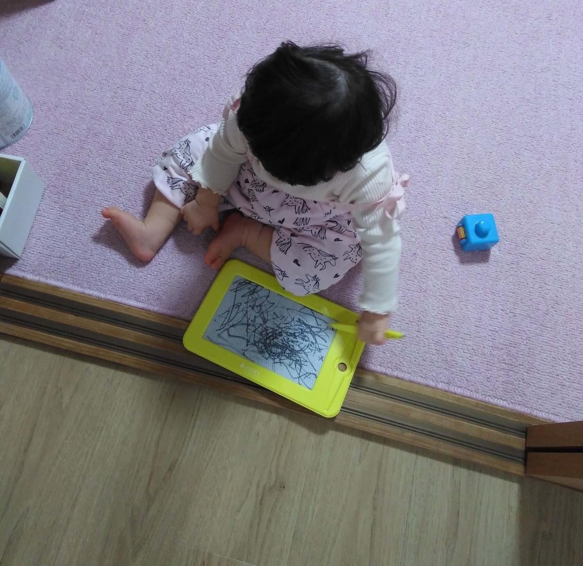 子どものおもちゃ:お絵かきボード PILOT 1人で遊べるサイズ感