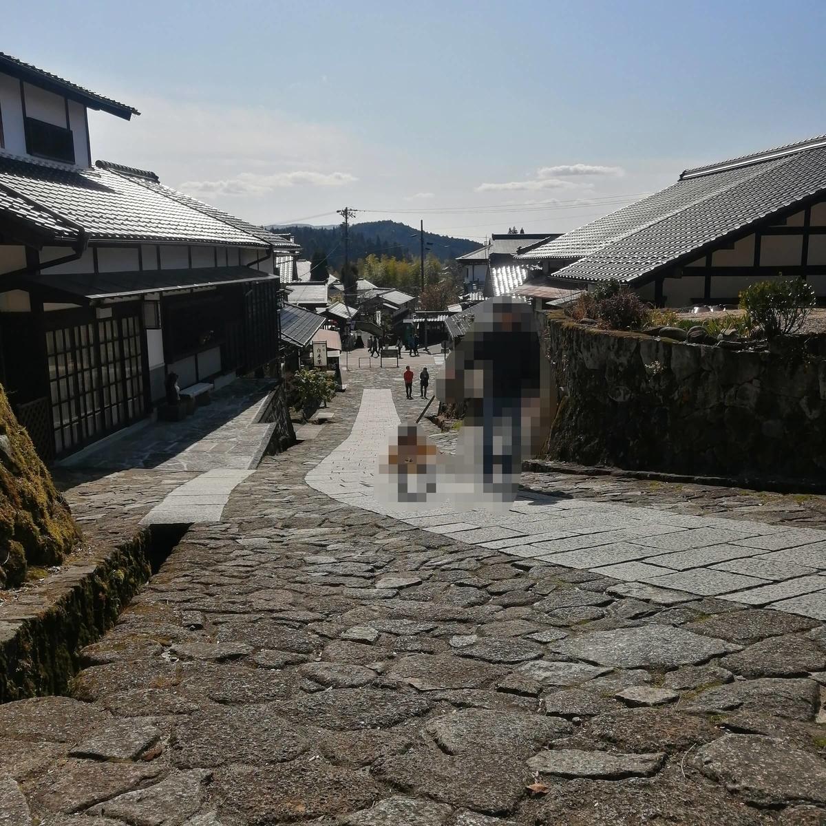 岐阜県内でペットと遊ぶ:岐阜県中津川市 馬籠宿 子どもと坂道を歩く