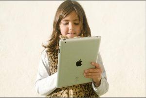 iPadを触る女の子