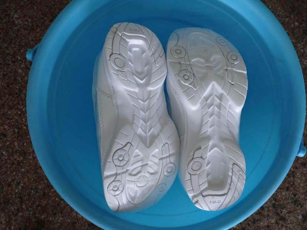 靴を水に浸す図