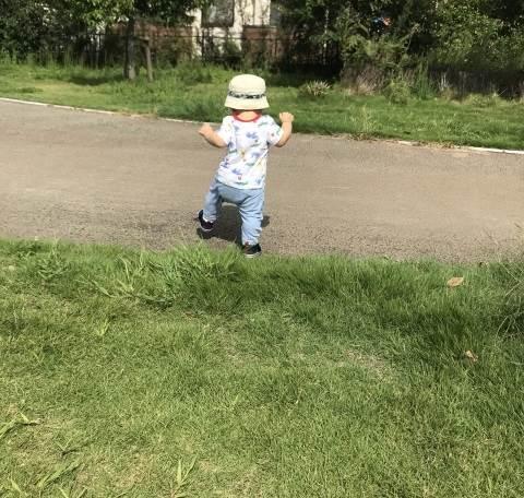 歩き始めた赤ちゃんイメージ