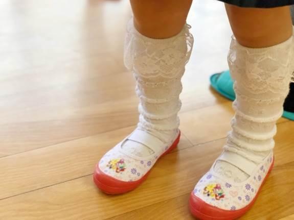 靴を履いた子供の足