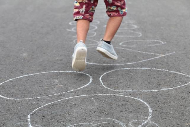 元気に遊ぶ子供のイメージ図