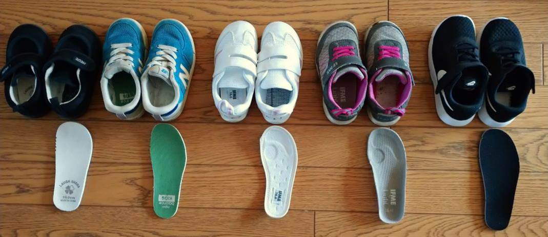 中敷きを取り出した子供靴