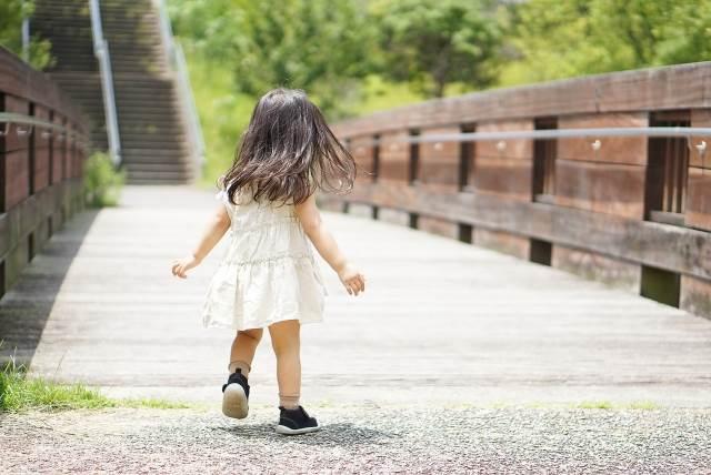 子供靴を履いて歩く子供のイメージ図