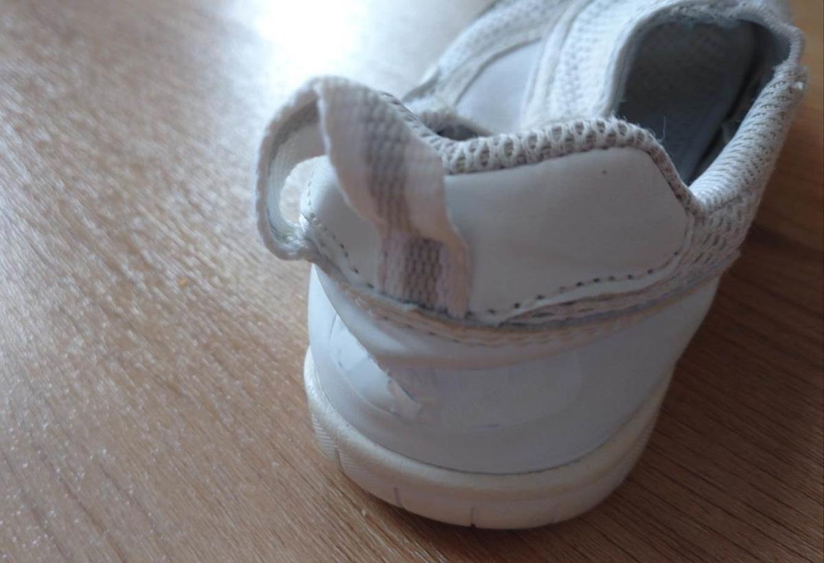 かかとが潰れた靴