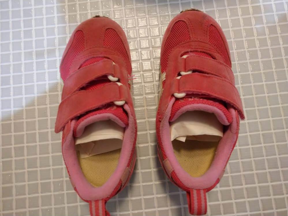 習字紙を入れた子供靴の写真