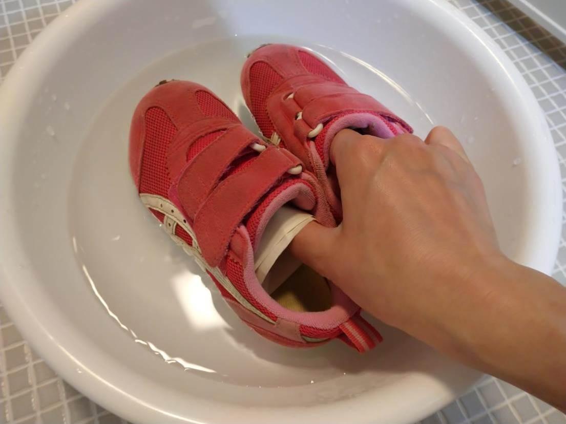 防水スプレーした子供靴を水につける実験の様子