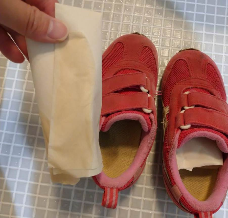 防水スプレーをしていない子供靴の濡れ確認写真