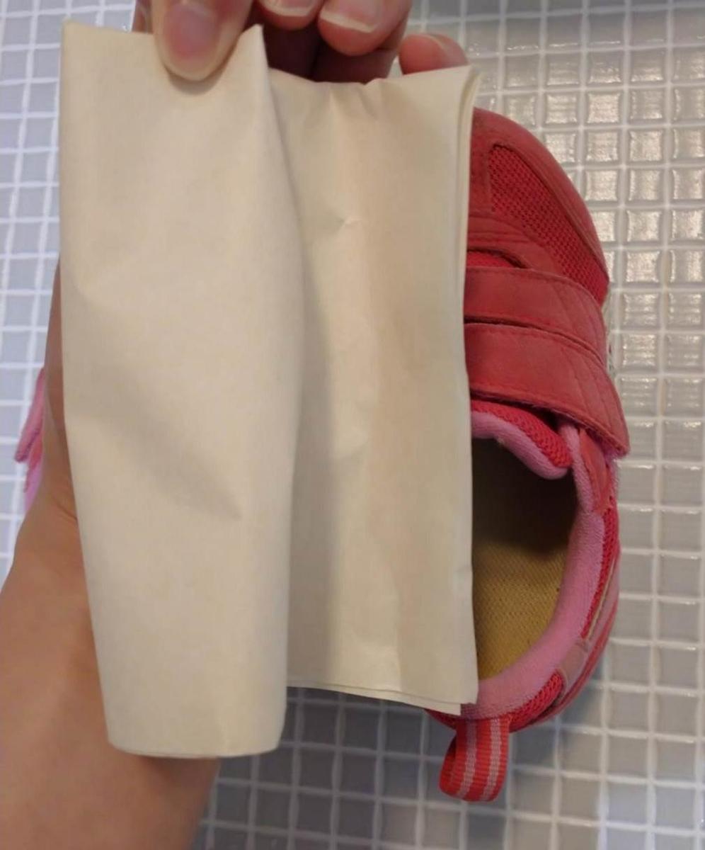 防水スプレーをした子供靴に水をつけた実験結果