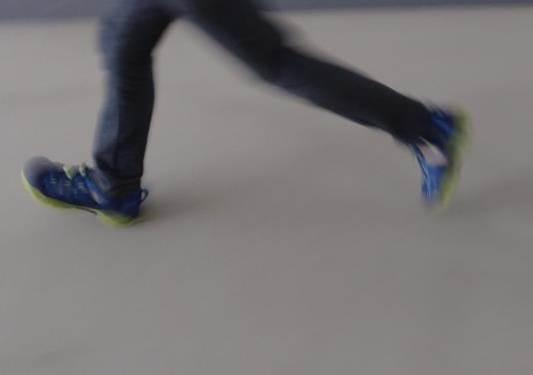 KEENのキッズサンダル「NEWPORT H2」を履いて走る写真