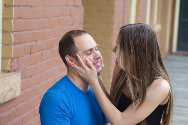 男性にボディタッチをする女性